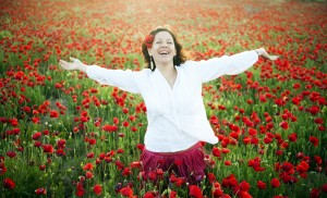 Joyful-woman-poppies-Luna-Vandoorne